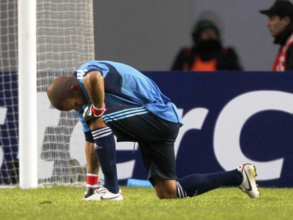 AHOGADO DE PENA. Renny Vega no pudo hacer mucho en los cuatro tantos peruanos. El meta llanero sufrió al 'Depredador' peruano, Paolo Guerrero. (Foto: Reuters)