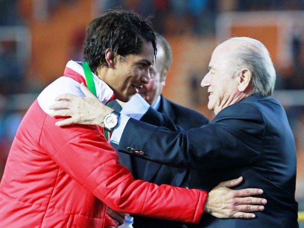LA FIGURA. Paolo Guerrero recibió la medalla de bronca de manos de Joseph Blatter. El 'Depredador' fue la figura del partido, y es muy probable que lo sea de la Copa América. (Foto: Reuters)