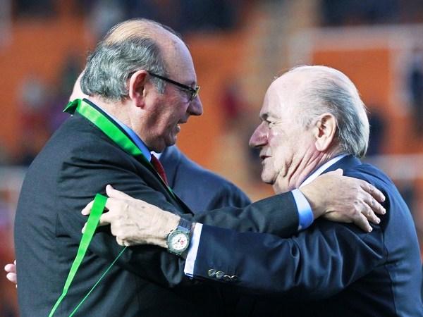 RECONOCIDO. Joseph Blatter saluda de manera efusiva a Don Sergio Markarián. La trayectoria del actual técnico de la selección, es reconocida en el mundo entero. (Foto: Reuters)