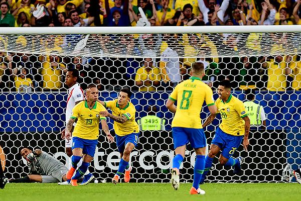 Everton aprovecha las licencias defensivas de Perú para abrir la cuenta en el Maracaná. (Foto: Prensa Copa América)