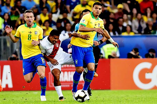 Thiago Silva y Arthur hacen imposible el avance de Flores. (Foto: Prensa Copa América)