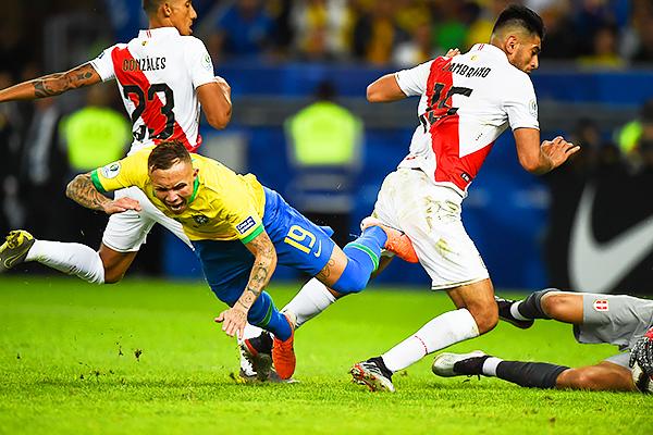 ¿Penal de Zambrano sobre Everton? Lo cierto es que Tobar compró y Brasil lo transformó en el 3-1 final. (Foto: Prensa Copa América)