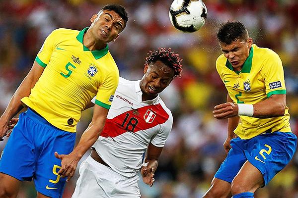Casemiro y Thiago Silva superan con relativa facilidad a Carrillo. (Foto: AFP)