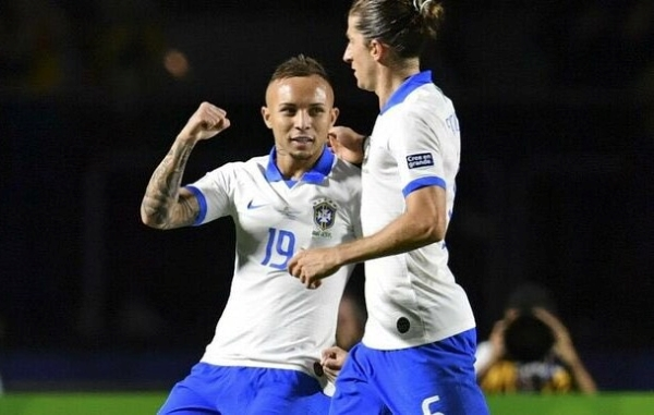 Everton entró tarde, pero le bastó para celebrar el tanto que rubricó la goleada con Filipe Luis. (Foto: EFE)
