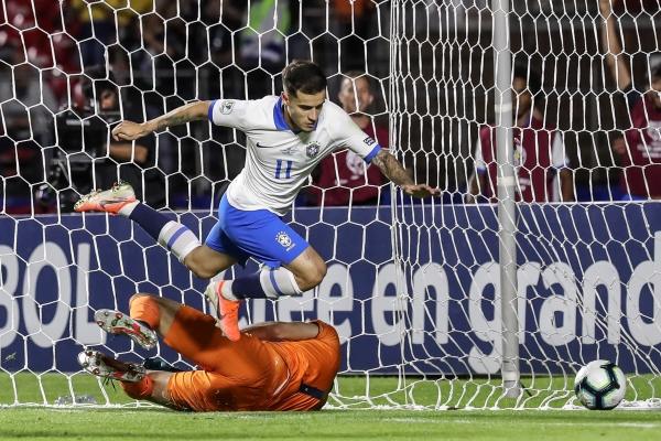 Esta atropellada de Coutinho cerró una gran acción colectiva brasileña para colocar el segundo tanto. (Foto: Prensa Copa América)