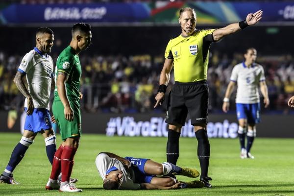 Pitana volvió a dirigir el duelo inaugural de un torneo magno de selecciones. Acá cobra una falta contra Richarlison. (Foto: Prensa Copa América)