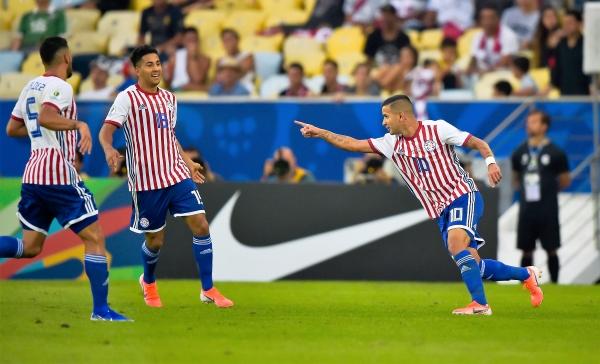 Derlis González entró, desequilibró y marcó. Acá celebra su gol ante Valdez y Ortiz. (Foto: Prensa Copa América)