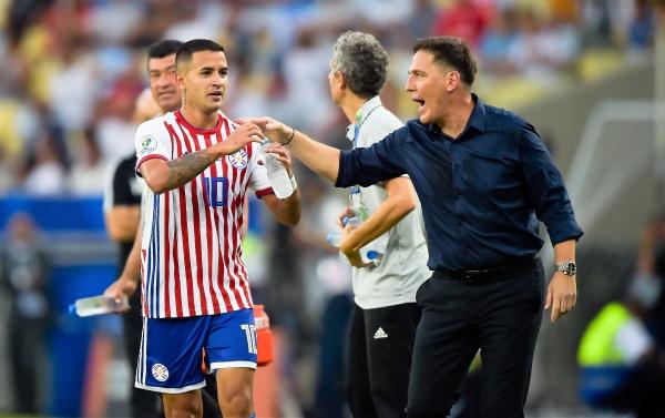 González celebra su golazo con Berizzo y el banco paraguayo. (Foto: Prensa Copa América)
