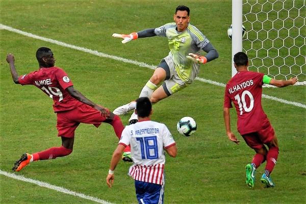 Fernández le sacó así la etiqueta del gol al tiro de Al-Haydos. (Foto: AFP)