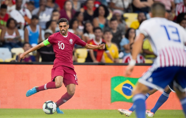 Al-Haydos ratificó su calidad. Acá ensaya un disparo ante la mirada de Junior Alonso. (Foto: Prensa Copa América)