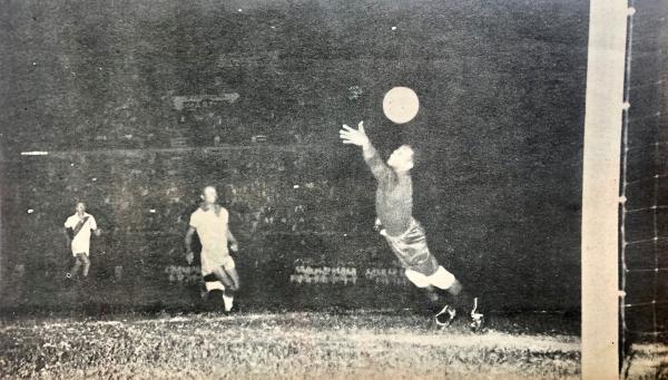 Así fue el gol de Alberto Terry en el 1-1 ante Brasil en Lima por las Eliminatorias en 1957, uno de los tres partidos ante el 'Scratch' jugados aquel año. (Foto: revista Gol)