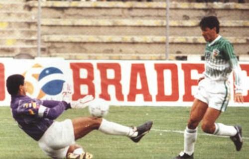 William Ramallo anota uno de sus goles en el arco del sacrificado César Baena en el Bolivia 7 - Venezuela 0 de 1993 (Foto: laprensa.com.bo)