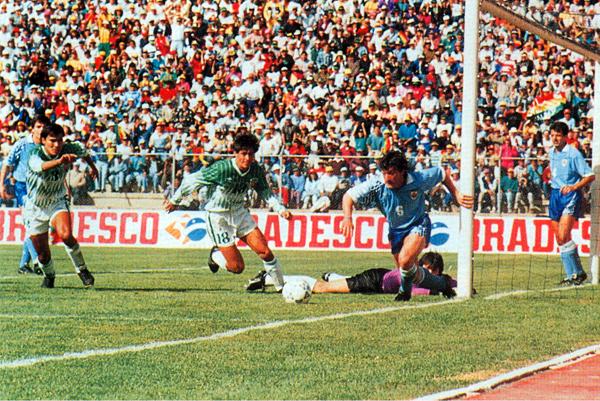 Uruguay poco pudo hacer en su visita a La Paz donde cayó sin atenuantes (Foto: historiadelfutbolboliviano.com)