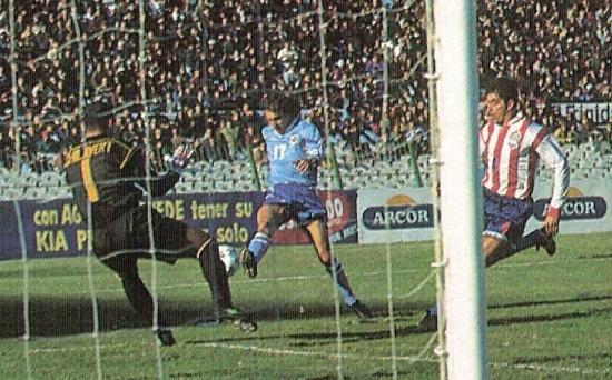 Chilavert le ataja un mano a mano al 'Manteca' Martínez. Fue la primera vez que Paraguay ganó en Montevideo por Eliminatorias, en 1996 (Foto: revista El Gráfico Argentina)