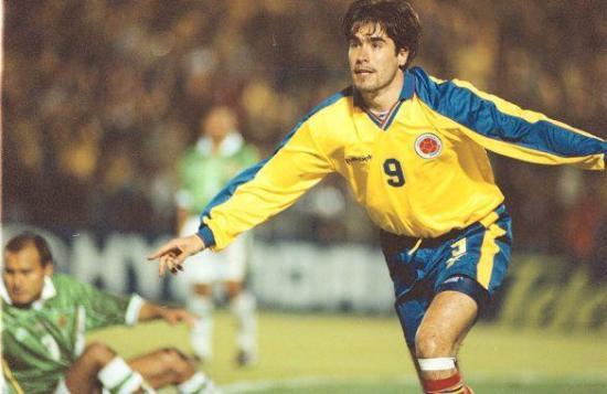 Celebra Juan Pablo Ángel la noche que marcó dos veces en el arco boliviano rumbo al Mundial 2002. En el suelo, lo lamenta Marco Sandy (Foto: futbolred.com)
