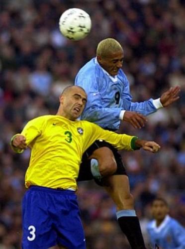 Darío Silva al cabezazo con Antonio Carlos durante el triunfo de Uruguay sobre Brasil en el Centenario en las Eliminatorias rumbo a Corea-Japón 2002 (Foto: futbol.com.uy)