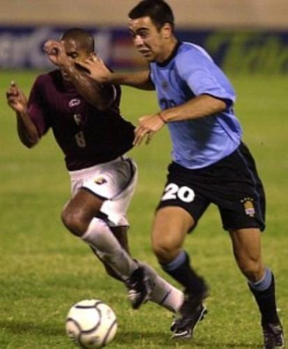 Álvaro Recoba se sacaba de encima a Luis Vera, pero no podía evitar que Uruguay cayera por única vez ante Venezuela como visitante, en las Eliminatorias rumbo a Corea-Japón 2002 (Foto: futbol.com.uy)