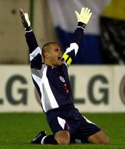 José Luis Chilavert celebra su gol ante Bolivia en el Defensores del Chaco, por las Eliminatorias al Mundial 2002 (Foto: futbol.com.uy)