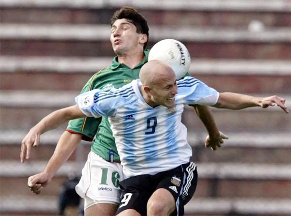 Luciano Figueroa disputa el balón durante el partido que acabó en triunfo de Argentina en La Paz en 2005 (Foto: AFP)