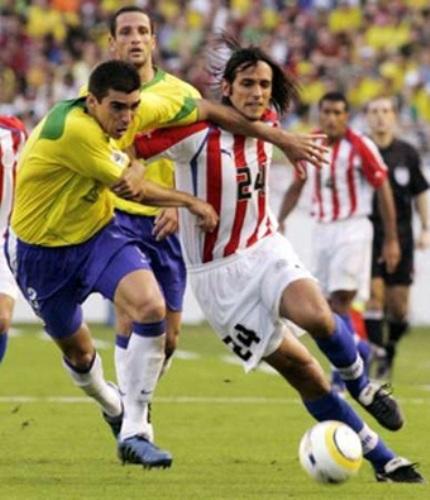 Lúcio anticipa a Roque Santa Cruz la tarde que Brasil goleó 4-1 a Paraguay rumbo a Alemania 2006 (Foto: chinadaily.com.cn)