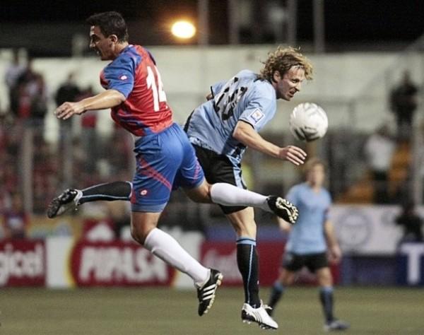 CARAS OPUESTAS. Mientras Forlán estuvo incisivo e inquietó con frecuencia, Azofeifa fue lo más bajo de Costa Rica y acabó expulsado (Foto: Reuters)