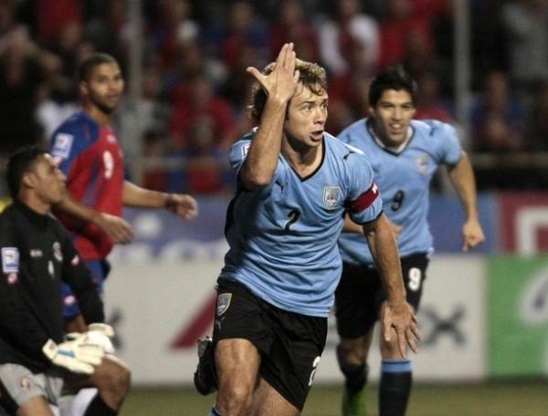 ¡ARRIBA, CELESTES, ARRIBA! Lugano alza el brazo y pone a celebrar a todo Uruguay con su tanto en el arco de Navas (Foto: Reuters)