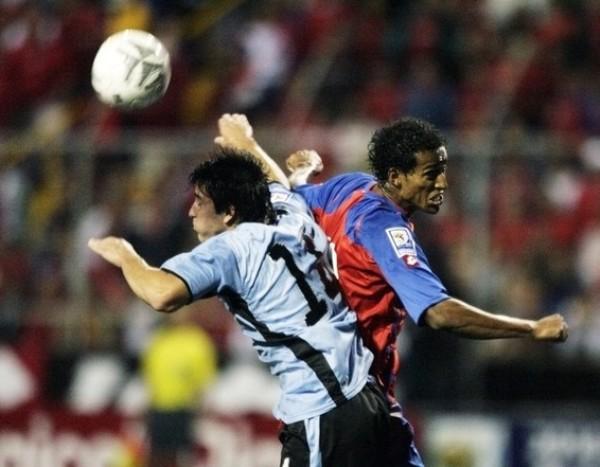 VA BIEN EL PIBE. Lodeiro, que fue titular y respondió, lucha por alto con el capitán tico Centeno (Foto: Reuters)