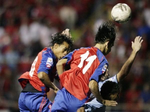 SORPRESA EN EL SAPRISSA. Ni Centeno ni Ruiz llegan al balón por alto. El gol tempranero fue una sorpresa de la que nunca se repuso Costa Rica (Foto: Reuters)