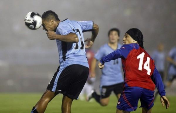 EL ANTICIPO. Álvaro Pereira llega primero que Bolaños. Uruguay impuso su linaje en los primeros instantes (Foto: REUTERS)