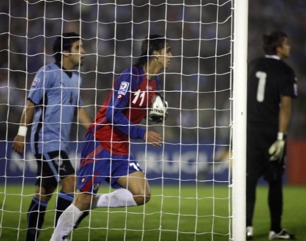 EL AJUSTE. Ruiz recoge el balón del arco de Muslera luego del empate conquistado por Centeno. Uruguay sufrió en los instantes finales (Foto: REUTERS)