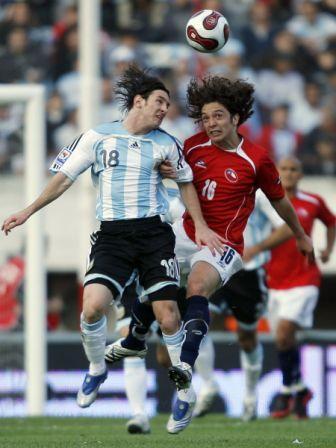 Messi, acá luchándola en el aire con Iturra, fue uno de los más desequilibrantes del equipo de Basile (Foto: EFE)