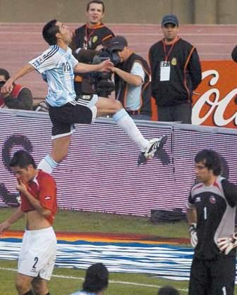 Salto de Riquelme luego de su primer gol de tiro libre a Claudio Bravo (Foto: ole.com.ar)