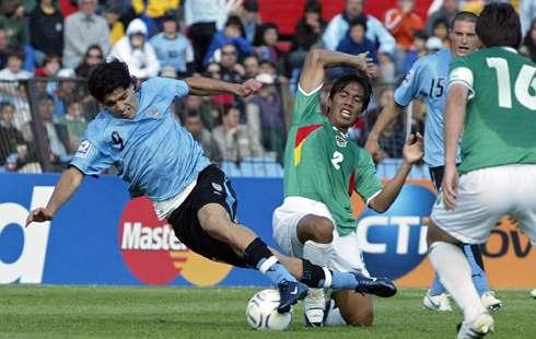 La zaga boliviana tuvo un rendimiento discreto y nunca contuvo los embates charrúas (Foto: elpais.com.uy)