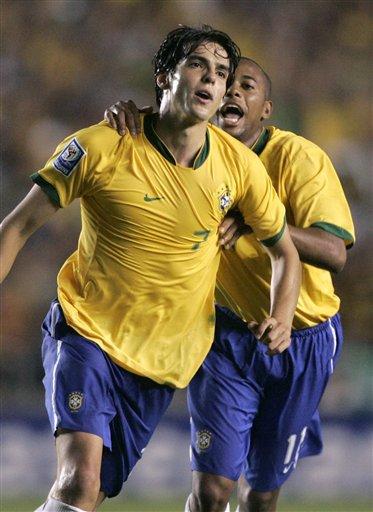 Kaká y Robinho, grandes figuras de la noche, gritan uno de los goles brasileños (Foto: cinasports.cn)