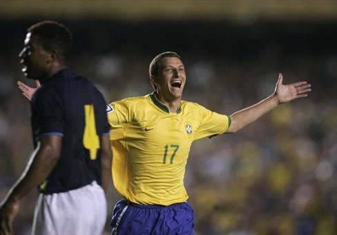 Foto: Tras gran jugada de Robinho, Elano también pudo festejar un tanto (Foto: Reuters)