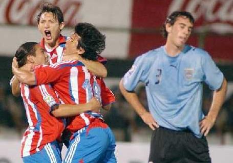 Haedo se encontró con el gol pese a la dura marca que recibió de la zaga charrúa (Foto: ultimahora.com.py)