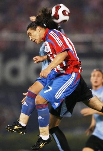 Cabañas, acá ganando por alto, volvió a ser la figura de la cancha (Foto: FIFA.com / AFP)
