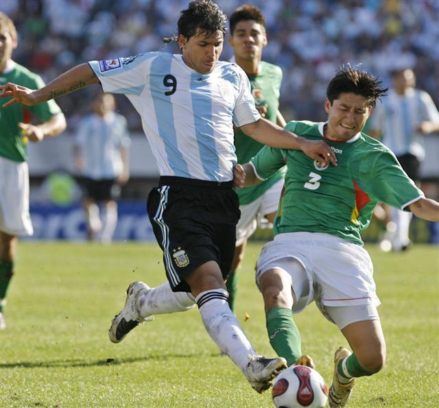 A pesar de no ser alto, el 'Kun' marcó una vez más de cabeza para iniciar el camino argentino a la victoria (Foto: EFE)