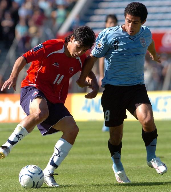 Matías Fernández lucha el balón con Gargano. El partido fue intenso y sin tregua hasta el final (Foto: EFE)