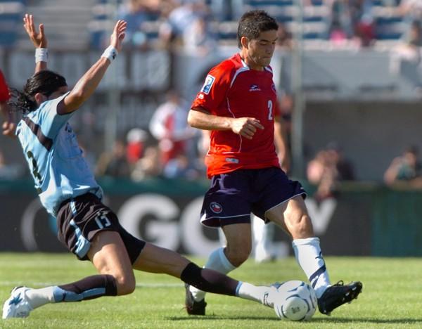 El 'Loco' Abreu -acá marcando a Álvarez- volvió a gritar gol y salvó a la 'Celeste' (Foto: EFE)