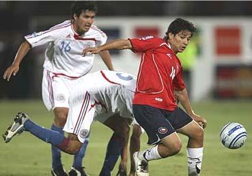 Matías Fernández nunca pudo conducir el balón ante la férrea marca de la defensa paraguaya (Foto: latercera.cl).