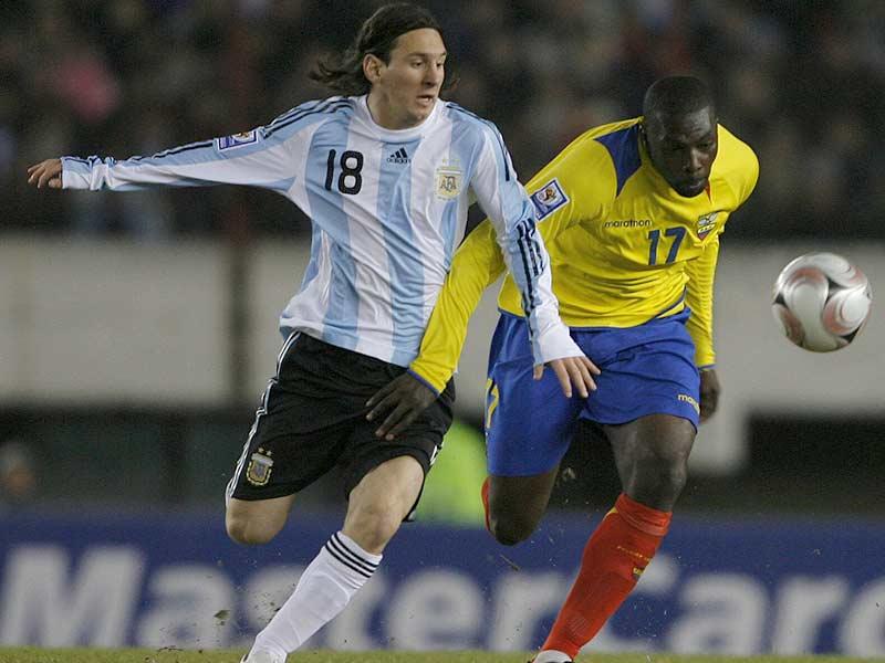 La 'Sombra' Espinoza marca a Messi. El zaguero ecuatoriano estuvo impecable (Foto: EFE)