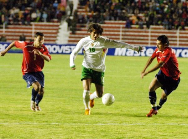 Marcelo Martins se interna en el área chilena. El volumen ofensivo de Bolivia fue muy pobre (Foto: ABI)