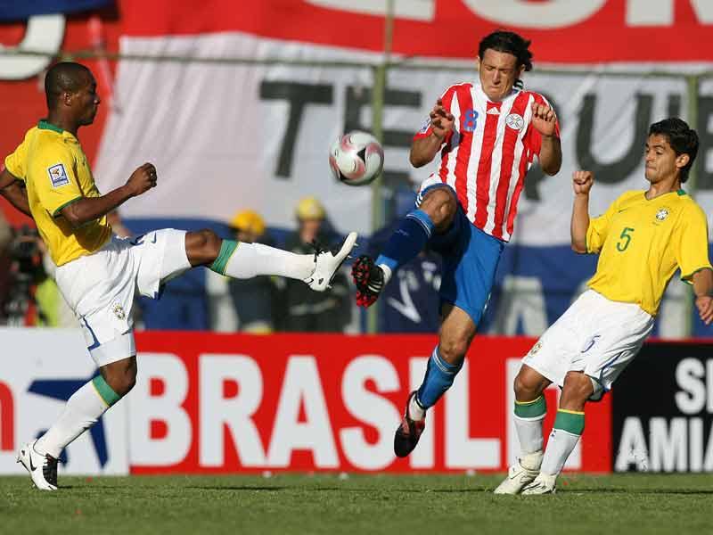 Salta Haedo entre Juan y Josué. Paraguay calibró su chapa de grande sudamericano ante Brasil (Foto: EFE)