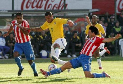 Luiz Fabiano es contenido entre Da Silva y Cáceres (Foto: EFE)