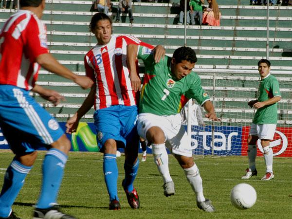 Gatty Ribeiro supera a Vera. Como siempre, el carrilero boliviano fue rapidísimo por la derecha (Foto: ABI)