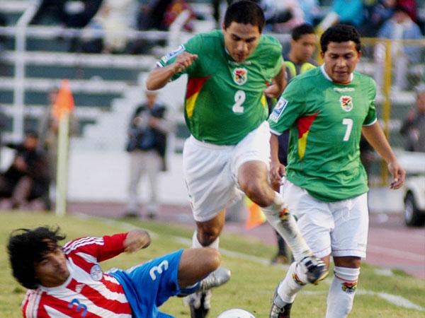 Abdón Reyes fue otro destacado en Bolivia. Acá pasa por encima a Morel (Foto: ABI)