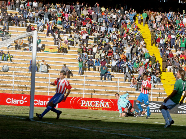 Extraordinaria definición de Botero por encima de Villar para marcar el primero (Foto: ABI)