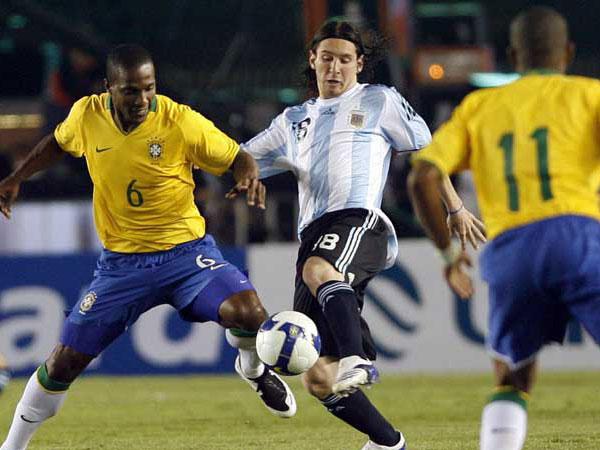 Messi se robó los mejores aplausos en el 'Mineirao'. Acá la lucha con Juan (Foto: EFE)