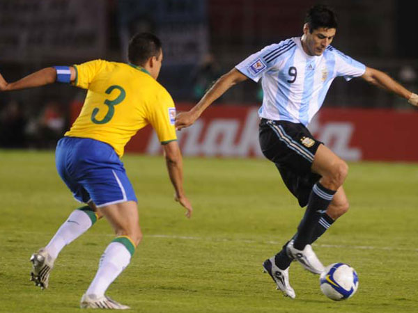 Cruz hizo poco en el ataque argentino. Aquí la domina frente a Lúcio (Foto: SARRAF)